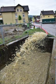 Zahlreiche Keller wurden überflutet - hier wird gerade das Wasser abgepumpt. (Bild: Mario Testa)