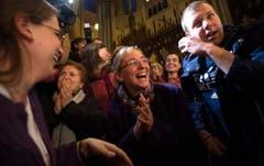 Die Peruanerin Valentina Bruner (Mitte) freut sich in der St.Patrick's Catherdral in New York über die Wahl des ersten lateinamerikanischen Papstes. (Bild: Keystone)