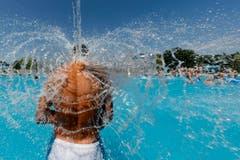 Ein Mann kühlt sich im Schwimmbad Bellerive in Lausanne ab. (Bild: Keystone)