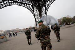 Sicherheitskräfte beim Eiffelturm: In Paris wurde nach der Attacke die höchste Terrorwarnstufe ausgerufen. (Bild: Keystone)