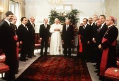 Der Gesamtbundesrat empfängt am 14. Juni 1984 Papst Johannes Paul II in Bern. (Bild: Keystone)