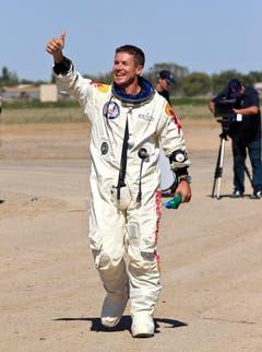 Daumen hoch: Felix Baumgartner hat den Sprung heil überstanden. (Bild: Keystone)