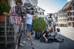 Schon lange vor Jan Ullrichs Ankunft haben sich Fotografen und Kameraleute in Position gebracht. (Bild: Benjamin Manser)