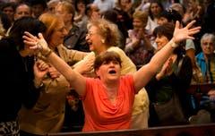 Paola La Rocca jubelt, nachdem die Wahl des argentinischen Papstes bekannt geworden ist. (Bild: Keystone)