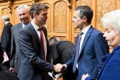 Bundesratskandidat Ignazio Cassis, FDP-TI, rechts, wird vom interimistischen FDP-Fraktionschef Beat Walti, FDP-ZH, begrüsst während der Ersatzwahl in den Bundesrat. (Bild: Keystone)