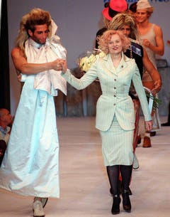 Am 30. Juni 1997 zeigt sich Vivienne Westwood mit den Models auf dem Laufsteg nach der Präsentation der Sommerkollektion für Männer. (Bild: Keystone)