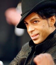 Adrett bis in die Haarspitzen: Bei seinen öffentlichen Auftritten, hier als Zuschauer bei einem Basketball-Spiel im Jahr 2007, achtete Prince auf jedes Detail und ging selten ohne Make-up aus dem Haus. (Bild: Keystone)