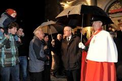 Vor der Kirche Trogen wird Hans Altherr von der Bevölkerung begrüsst. (Bild: Keystone)