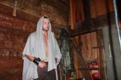 Der 27-jährige Berner Thomas Sempach trägt Kapuze und posiert in der Alphütte. (Bild: www.dieboesen.ch)