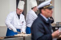 Köche grillieren Würste für die Romanshornerinnen und Romanshorner. (Bild: Reto Martin)
