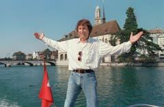 2. August 1994: Udo Jürgens posiert vor der Wasserkirche in Zürich. (Bild: Keystone)
