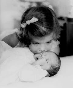 Caroline Kennedy (3) küsst ihr Brüderchen John F. Kennedy Jr., Aufnahme aus dem Jahr 1961 in Palm Beach, Florida. (Bild: Keystone)