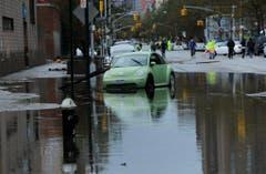Autos stecken in Manhattan im Wasser fest. (Bild: Keystone)