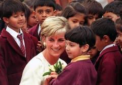 Prinzessin Diana trifft Kinder während ihrem Besuch des Neasden-Tempels im Londoner Stadtteil Brent. (Bild: Gerry Penny/AP (London, 6. Juni 1997))