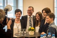 Der strahlende Sieger: Walter Schönholzer im Kreis seiner Familie. (Bild: Reto Martin)