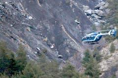 Ein Helikopter überfliegt die Absturzstelle. (Bild: Keystone)