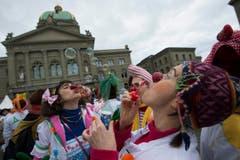 Statt im Spitalzimmer gibts Seifenblasen auf dem Bundesplatz. (Bild: Keystone)