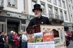 """Ein Drehorgelspieler der Gruppe """"Kirchenland Schwarzbubenland"""". (Bild: Keystone)"""