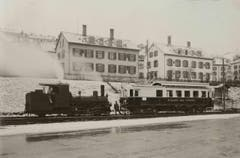 Eine Dampflokomotive und eine Elektromotorwagen präsentieren sich 1930 oder 1931 im winterlichen Güterbahnhof St.Gallen. (Bild: Stadtarchiv der Ortsbürgergemeinde St.Gallen)