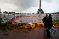 Fassungslosigkeit: Das Turnfest wurde bereits zum zweiten Mal von einem Sturm heimgesucht. (Bild: Keystone)