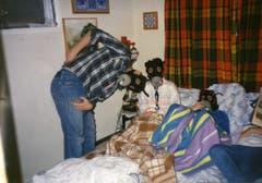 Eisenhut, seine Frau und seine Tochter blödeln mit Gasmasken herum. (Bild: Ueli Eisenhut)