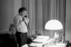 Bundesrat Otto Stich telefoniert in seinem Büro im Bundeshaus (1993). (Bild: Keystone)