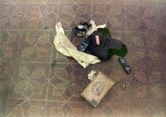 Tatortfotos zeigen, was Kurt Cobain bei seinem Selbstmord bei sich hatte: Dollarscheine, Zigaretten, eine Fliegermütze, ein Feuerzeug, eine Geldbörse, eine Sonnenbrille, ein weisses Stück Stoff und eine Zigarrenschachtel, in der sich seine Junkie-Utensilien befanden. (Bild: Keystone)