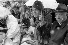 Bundesrat Otto Stich nimmt bei Schneegestöber und Kälte am 28. April 1985 in Stans an der Landsgemeinde teil. (Bild: Keystone)