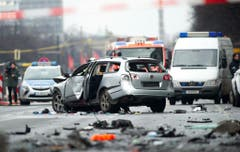 Das beschädigte Auto auf der Bismarckstrasse. Der Fahrer starb bei der Explosion. (Bild: Keystone)