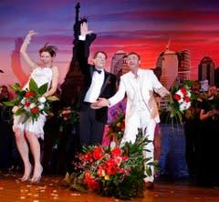 Schlussapplaus nach der Premiere des Musicals: Udo Jürgens umrahmt von Marie Mäkelburg und Jerry Marwig. (Bild: Keystone)