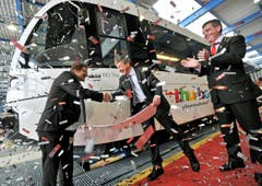 Zugtaufe in Erlen: Willi Haag (Mitte) und Thurbo-Chef Ernst Boos taufen den 100. Gelenktriebewagen der Stadler Rail im Beisein von Firmenchef Peter Spuhler. (Bild: Reto Martin)