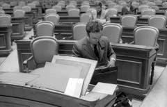 Nationalrat Otto Stich räumt im Oktober 1973 am Ende der Herbstsession sein Pult auf. (Bild: Keystone)