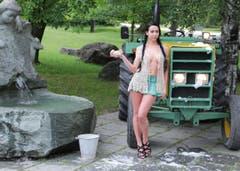 Auch ein Traktor muss gewaschen werden: Olga Iten aus Zug. (Bild: pd)