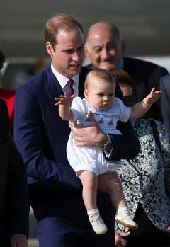 Prinz George in den Armen seines Vaters William scheint sich zu freuen über die Ankunft in Sydney. (Bild: Keystone)