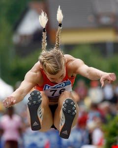Beine voraus, Zöpfchen in die Höh: Linda Züblin beim Weitsprung. (Bild: ARNO BALZARINI (KEYSTONE))