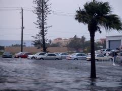 Autos stehen in Naples, Florida, im Wasser. (Bild: Keystone)