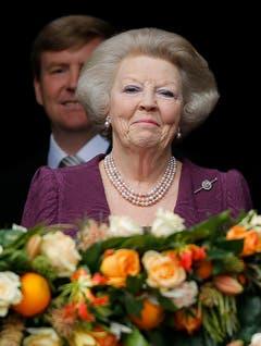 Prinzessin Beatrix ist nach ihrer Abdankung ganz gerührt, König Willem-Alexander steht im Hintergrund. (Bild: Keystone)