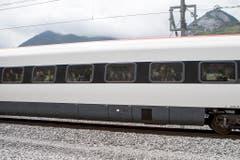 Einer der Züge, der die ersten Passagiere durch den neuen Tunnel beförderte. (Bild: Keystone)