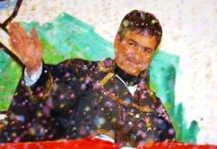 """Im März 2003 wurde """"Napoleon"""" alias Regierungsrat Willi Haag auf dem Blumenmarkt in St.Gallen als 29. Ehrenföbü der Stadt mit Konfetti in den Födlebürgerhimmel befördert. (Bild: Keystone)"""