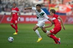 Dejan Janjatovic setzt sich gegen einen Spartak-Spieler durch. (Bild: Michel Canonica)