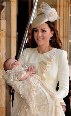 Herzogin Kate trägt ihren Erstgeborenen voller Stolz zur Taufe. (Bild: Keystone)