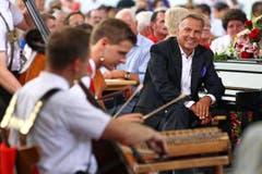 Kurt Zurfluh (rechts) verfolgt das Spiel von Hackbrettspieler Nicolas Senn. (Bild: Philipp Schmidli)