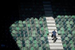 Die Ersten werden die Ersten sein: Ein Besucher vor dem Testspiel zwischen dem FC St.Gallen und dem 1. FC Kaiserslautern auf dem Weg zu seinem Sitzplatz (12.7.2016). (Bild: Benjamin Manser)
