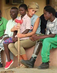 Prinzessin Diana spricht mit beinamputierten Minenopfern in Angola. (Bild: Joao Silva/AP (Luanda, 14. Januar 1997))