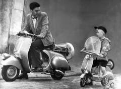 """Die Vespa und ihr kleiner """"Bruder"""", der """"Strampelroller"""", aufgenommen 1953. (Bild: Keystone)"""