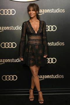 Einige Schauspielerinnen zeigten sich auch in gewagten Kleidern. Wie etwa Halle Berry... (Bild: Keystone)