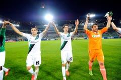 Mario Mutsch, Marco Mathys, Torschütze zum 1:1 und Torhüter Daniel Lopar bedanken sich beim Publikum nach dem Spiel gegen Spartak Moskau. (Bild: Urs Bucher)