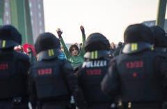 Polizisten versuchen die Demonstranten zurückzudrängen. (Bild: Keystone)
