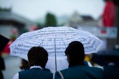 Der Schirm, passend zum Fest. (Bild: Michel Canonica)