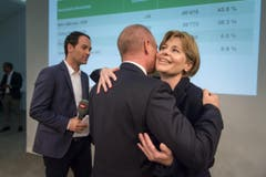 SVP-Regierungsrat Stefan Kölliker umarmt Parteikollegin Esther Friedli. (Bild: Michel Canonica)